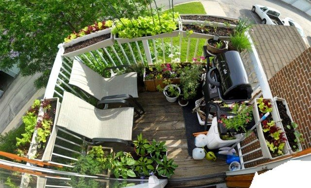 Kleiner Balkon Gestaltung Geländer Pflanzkübel Grill Ideen ... Pflanzgefase Im Garten Ideen Gestaltung