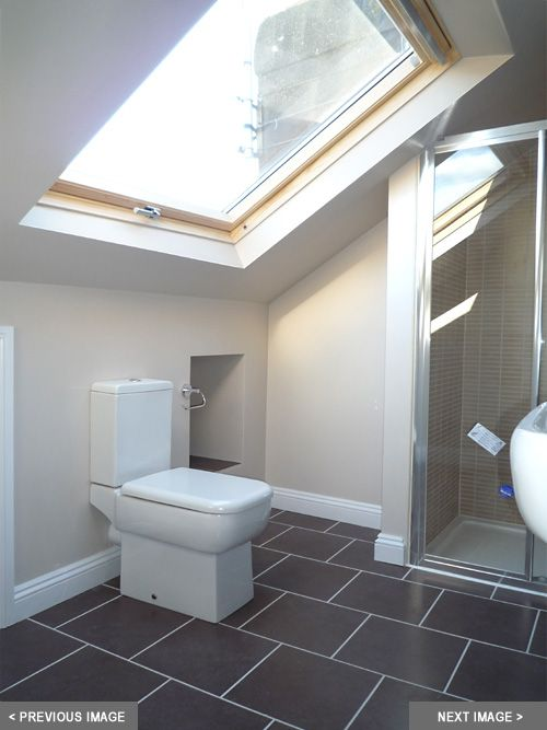 Loft en suite nice open feeling with the velux window for Bathroom ideas loft conversion