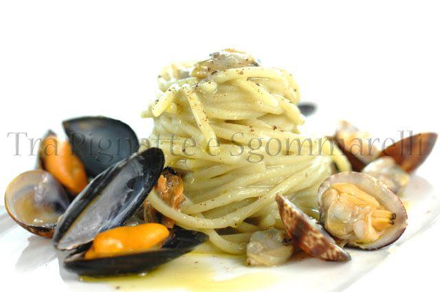 Spaghettoni con crema di patate viola al profumo di mare e di aneto, cozze e vongole   Tra pignatte e sgommarelli