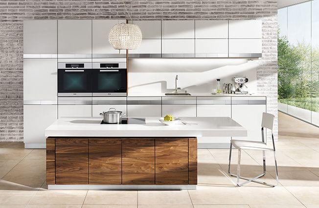Kombination Von Weiß Und Holz In Der Küche.