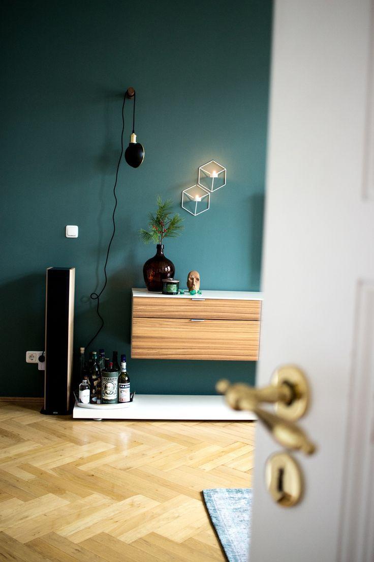 Dunkelgrüne Wandfarbe im Wohnzimmer