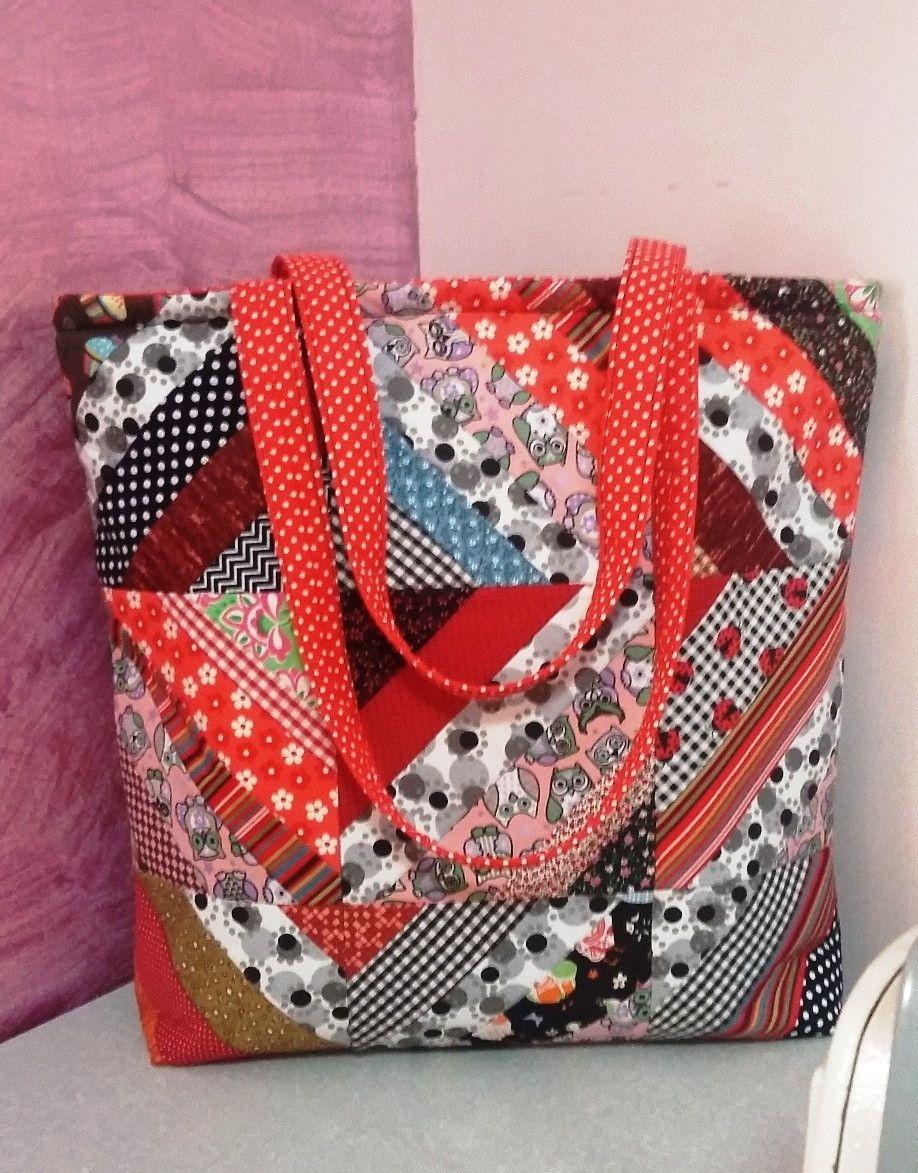 Bolsa colorida patchwork confeccionada com tecidos 100% algodão. Dois  bolsos interno e um bolso externo. Fechamento zíper. efb60e17b36