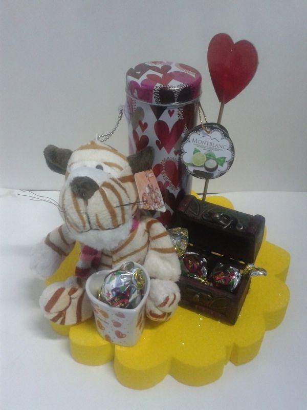 Arma tu detalle de Amor y Amistad con un llavero de peluche, un baúl de dulces y un estuche de chocolates. Una idea practica y fácil para regalar. #AmorYAmistad #DetallesAmorYAmistad