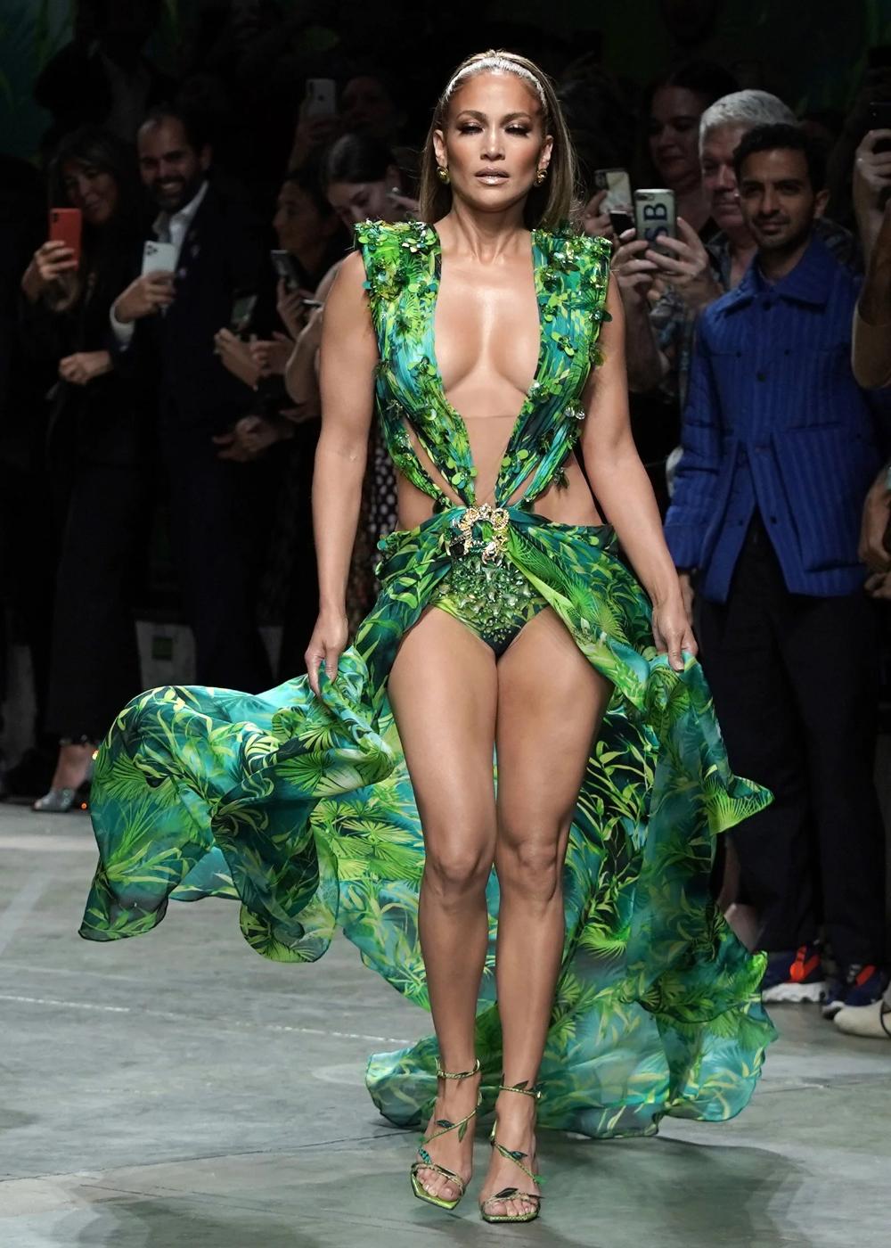 8 Fashion Month Trends To Inspire Your Next Design Job Fashion Versace Dress Versace Runway [ 1400 x 1000 Pixel ]