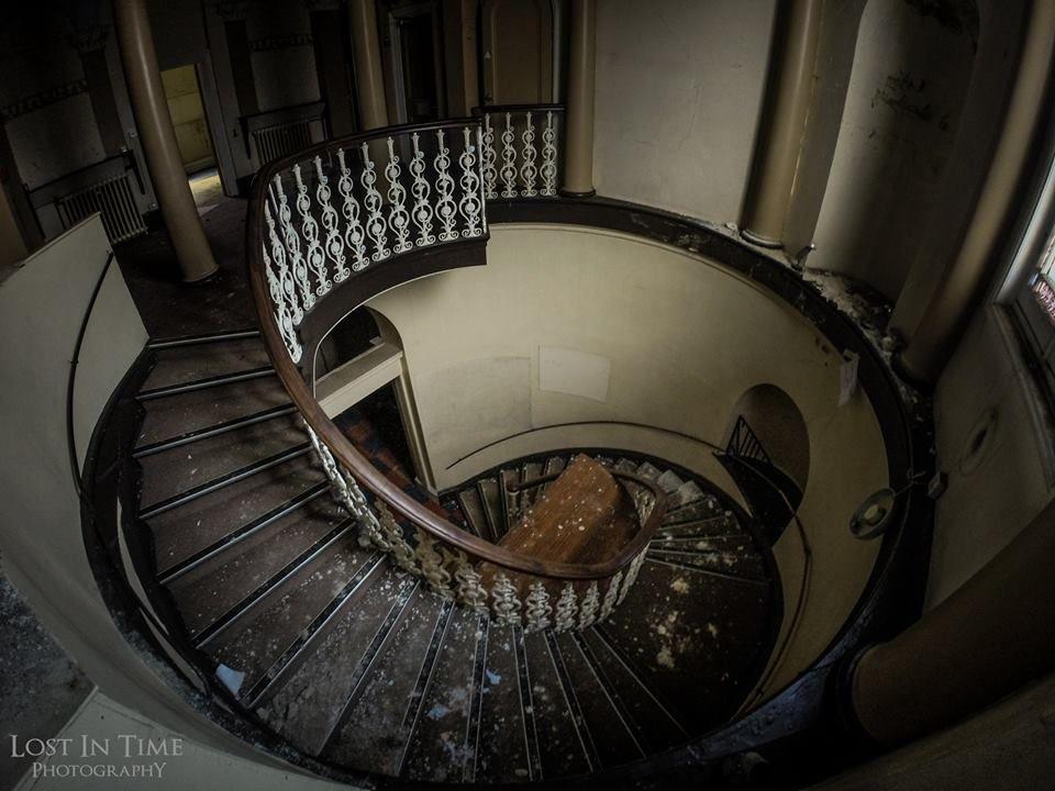Lost in Time Photography Awesome staircase at a girls school----------  Impresionante escalera en una escuela de chicas