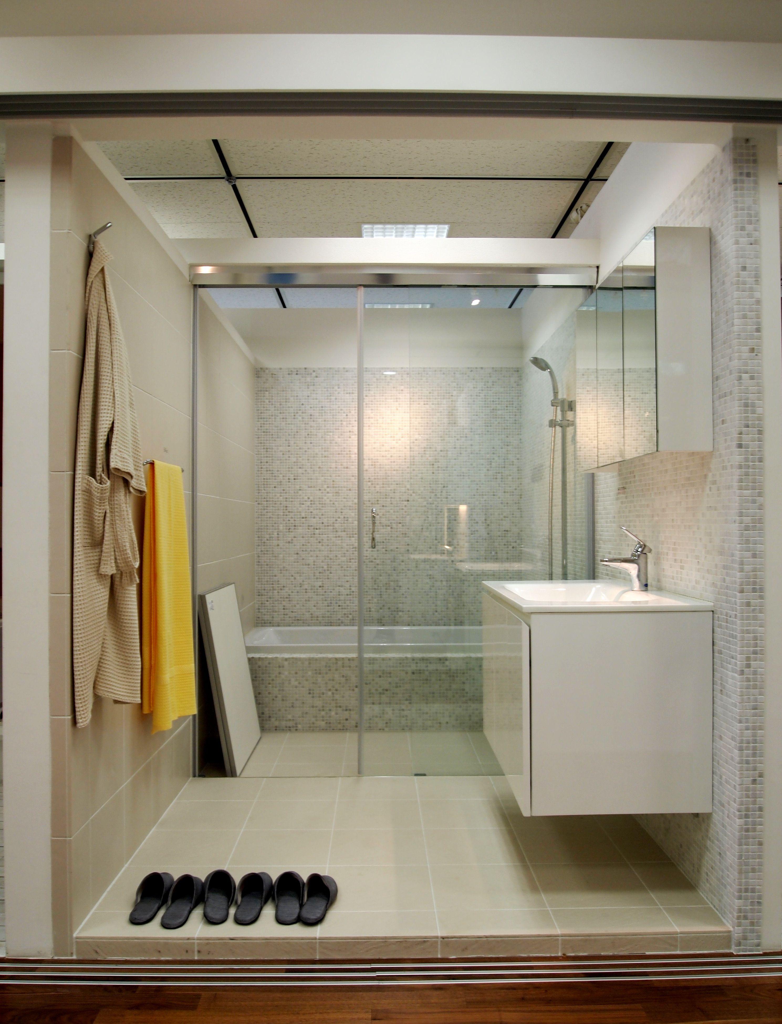 壁は大理石モザイク 床はタイル こちらは在来工法の浴室モデルです