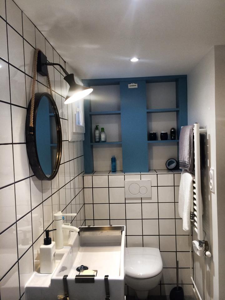 Salle de bain r tro bleu carrelage blanc joints noirs for Carrelage salle de bain fonce