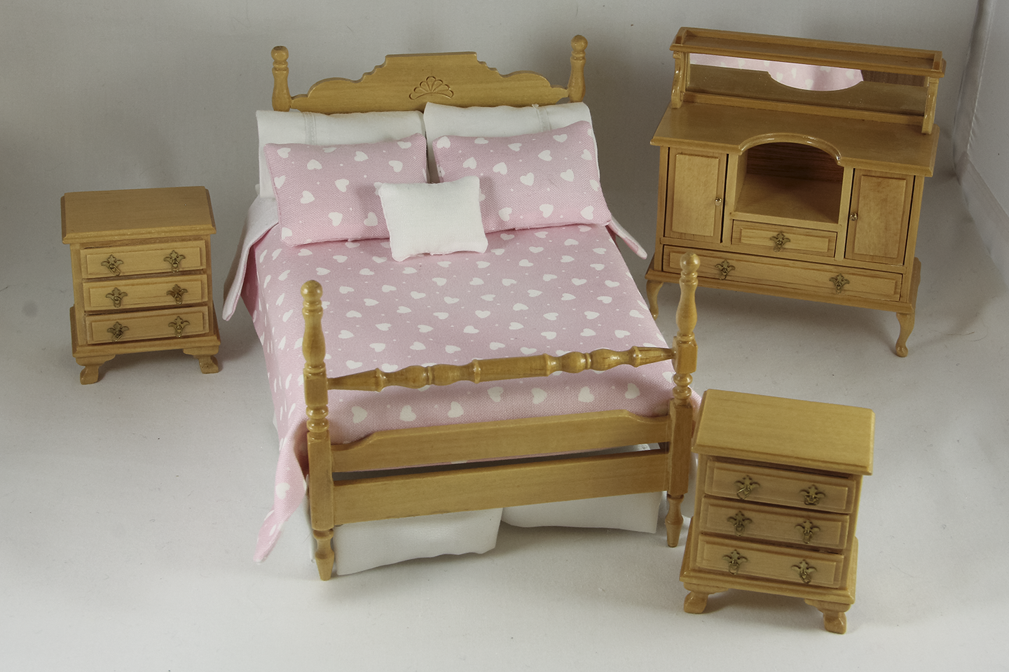 A fourpiece oak bedroom set with pink and white heart