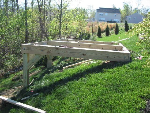Construcci n de una caseta de madera en un terreno con for Jardineria al aire libre casa pendiente
