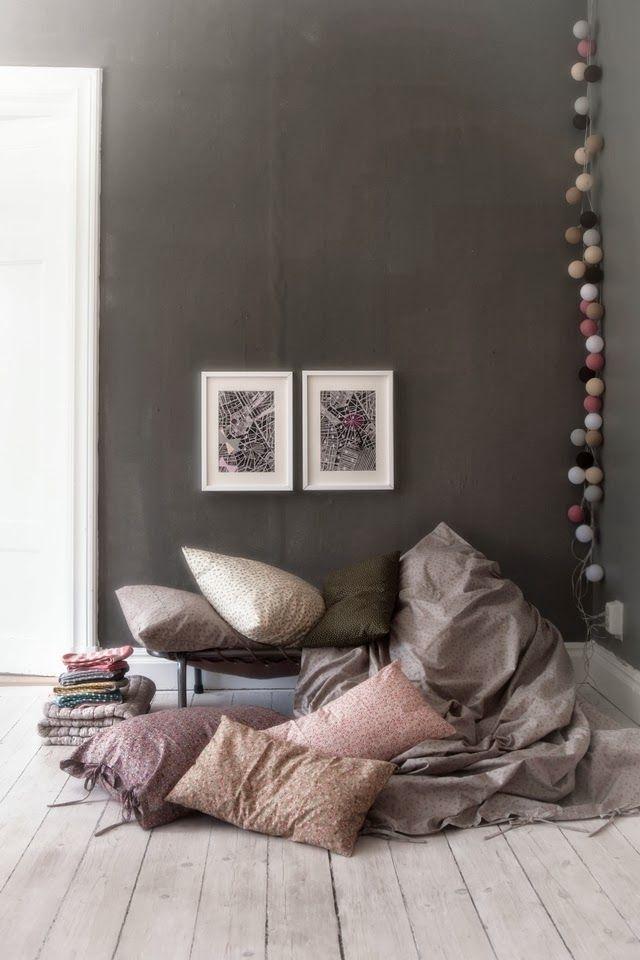 Mur Gris Fonce Sol Bois Clair Lampions Dans L Angle Deco