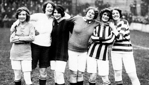 Imagen del primer partido oficial de fútbol femenino. Foto  ABC ... 74fdf8cbf54a4