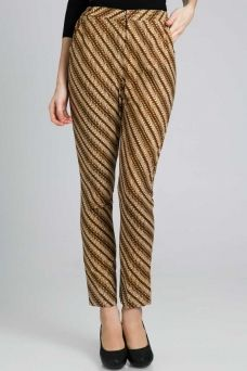 batik pants.drpd celana yg motifnya rame,saya lbh suka liat celana batik ini