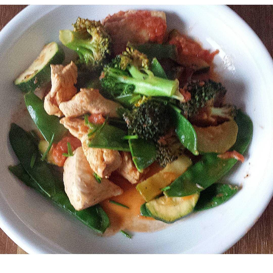 Hähnchenbrustfilet mit Gemüse in Tomatensosse. Simpel und lecker.  #huhn #hähnchenbrust #mittagessen #lowcarb #ernährungsberatung by uniqueyourpersonaltraining