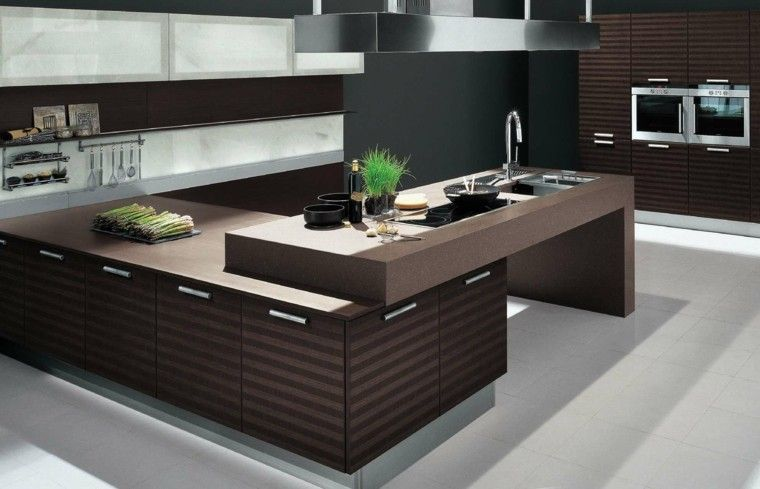 cocina moderna con laminado de madera de color marron Kitchen
