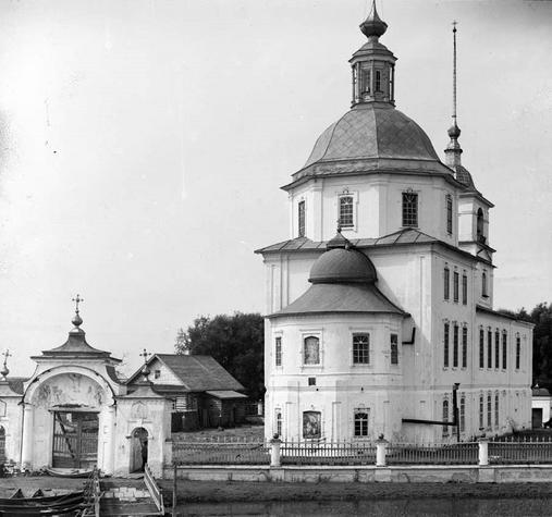 Imagen michael clarke stuff  Para reconocerla, en los viejos tiempos (1910):   image  Imagen russiatrek  La Iglesia Krokhino se encuentra en el borde del Lago Blanco, junto al antiguo pueblo de Krokhino, inundado en el inicio de la década de 1960, para la construcción de la Hidrovía del Volga-Báltico.