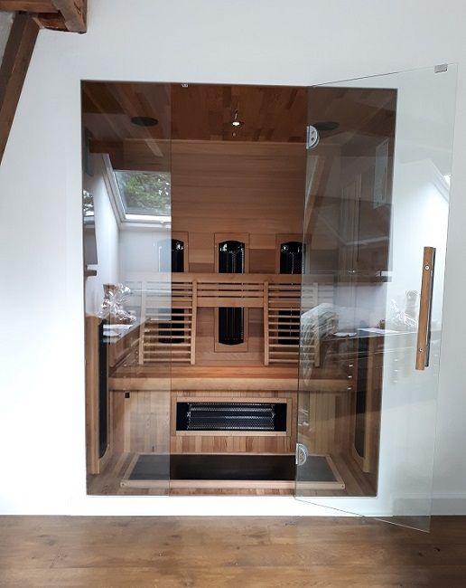 Moderne infrarood cabine / sauna, 3-persoons. Ingebouwde sauna met intense, carbon en mogelijk een full spectrum straler. Gemaakt van Red Cedar hout, incl. gratis levering en btw in Nederland en België.