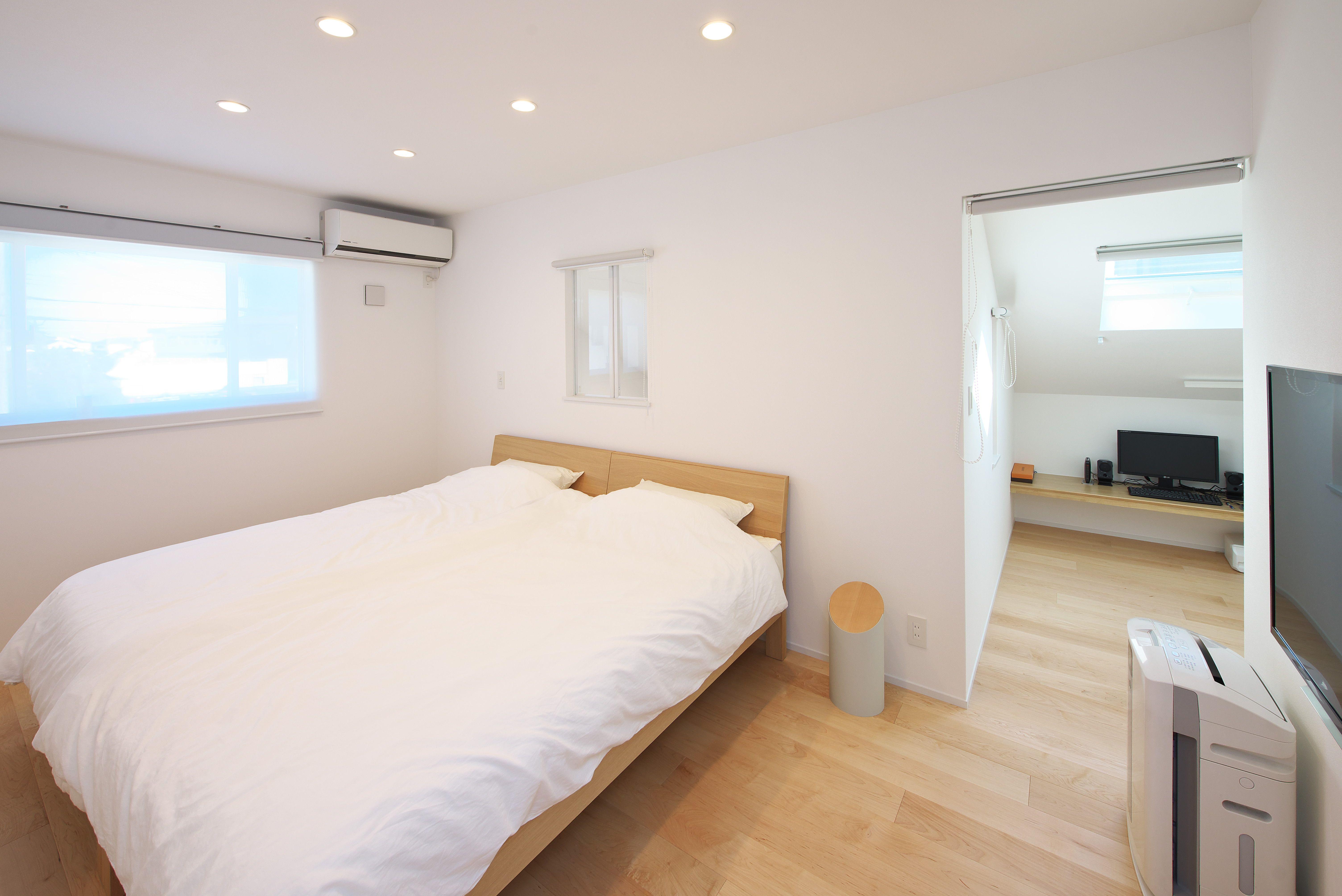シンプルにこだわったスッキリとした 寝室 奥には トップライト のある明るい 書斎 スペースを ロールスクリーン で 間仕切り もできるのでプライベートな空間も確保できますね 2020 寝室 間仕切り 奥
