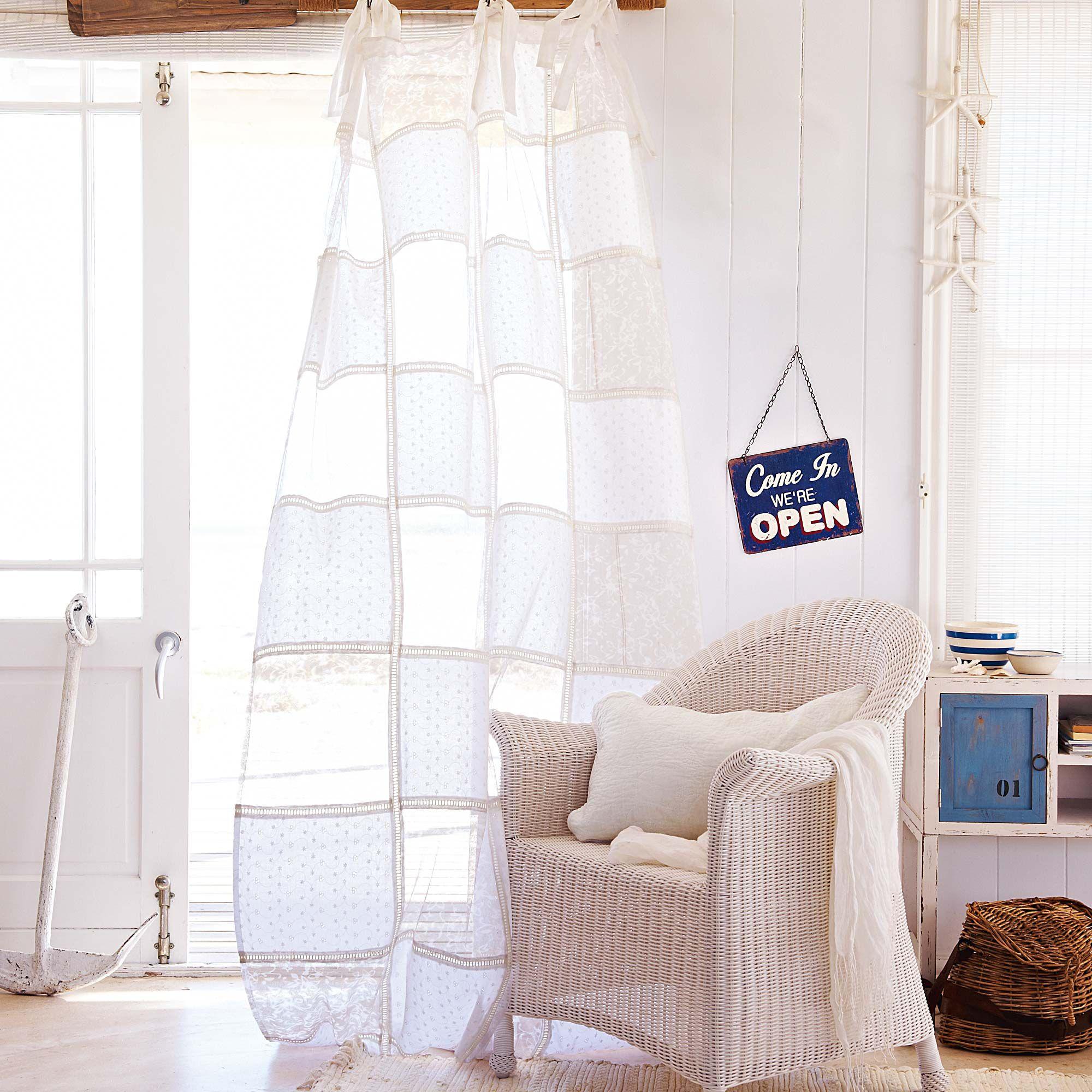 VORHANG Vorhang in Weiß mit zarten transparenten Patches. Aus 65 ...