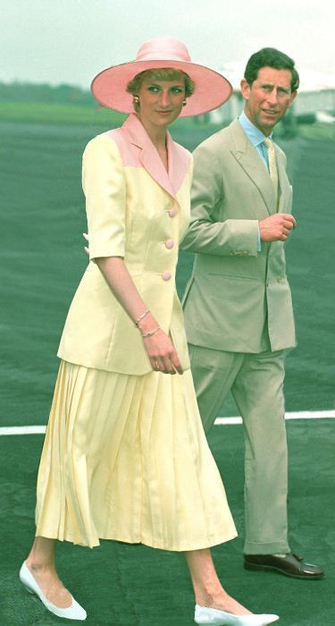 1990-03-21 Diana and Charles arrive at Yaounde International Airport in Cameroon