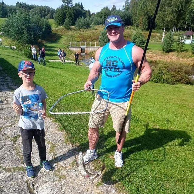 Братишка поймал первый форель! Мой малышок тоже пытался поймать рыбку. У меня было две поклевки но...