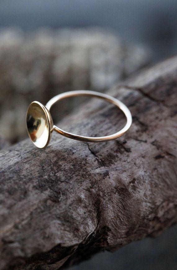 He encontrado este interesante anuncio de Etsy en https://www.etsy.com/es/listing/266285409/anillo-de-18k-gold-cup-minimalista-medio