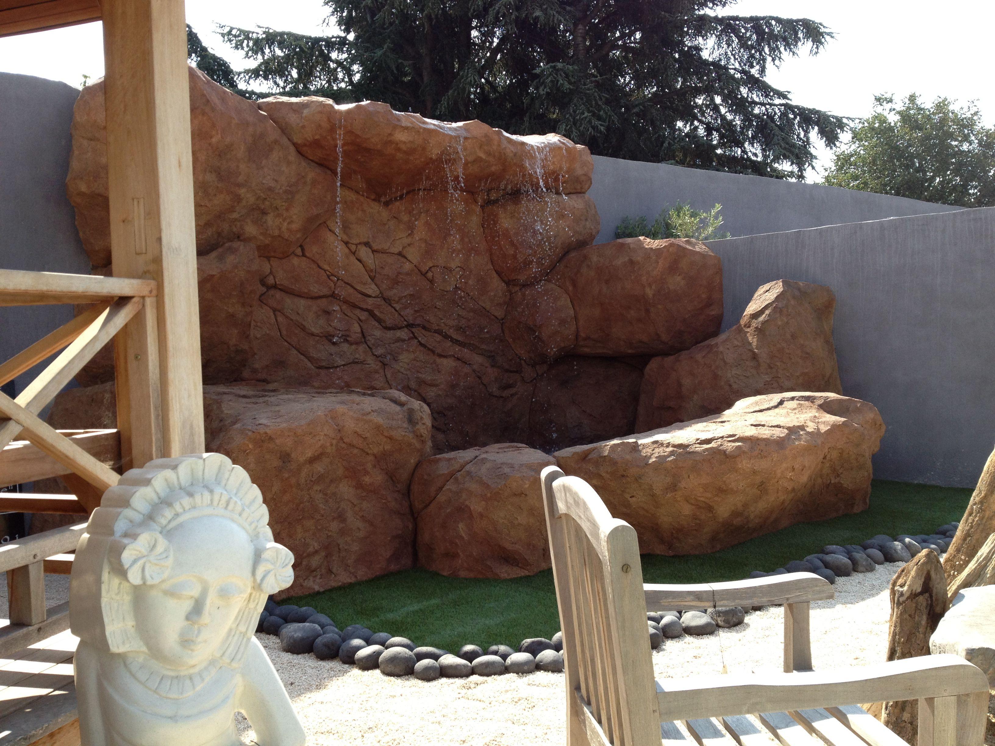 Sculpture de faux rochers en mortier teint avec des for Amenagement paysager avec roche decorative
