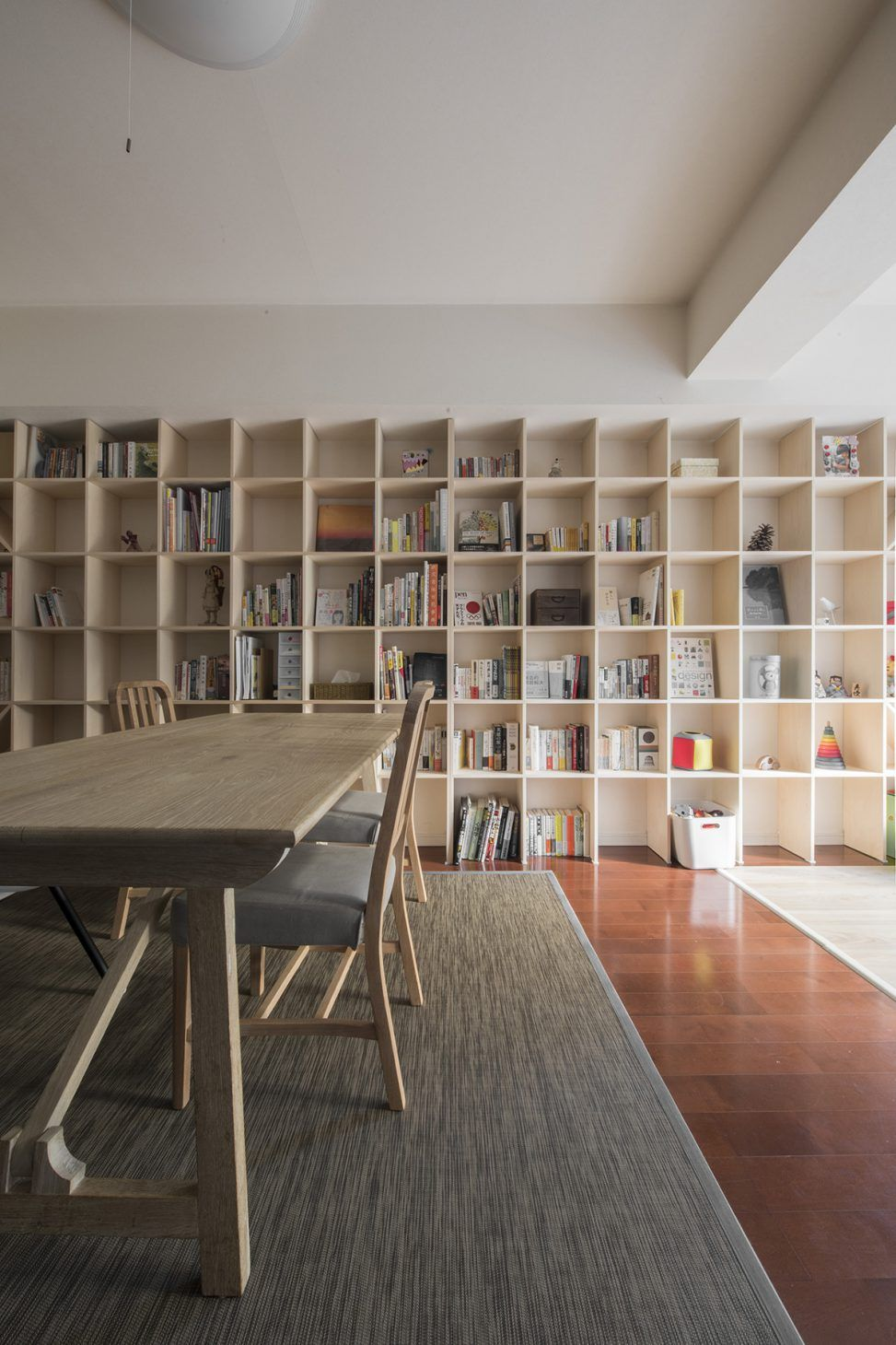 リビングの壁一面を本棚に 壁一面の本棚 奥行250mm Shelf No 48 無印良品の家 本棚 リビング 本棚