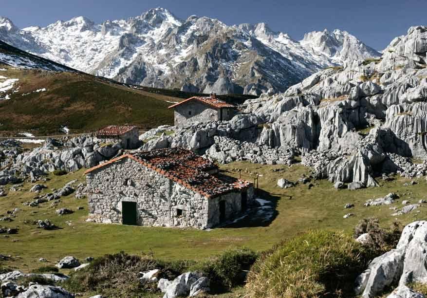 Caba as cerca del pueblo de sotres en la ruta de tresviso - Cabanas cerca de madrid ...