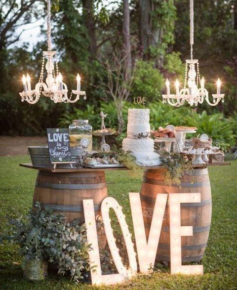 Por uma mesa de bolo fora da caixinha  #mesadebolo #casamentonocampo #casamento rustico  #picoftheday #wedding #casamento #bride #groom #instagood #instawedding #instabride #bridal #bridetobe #lovely #inlove #cute #inspiration #amor #weddingmorning #blogdecasamento #blogdamariafernanda #weddingideas #weddinginspiration #noivas2016 #decoracaodecasamento