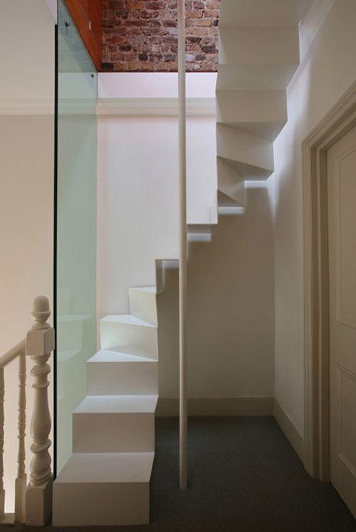 Escalera estrecha para una buhardilla escaleras - Escalera para buhardilla ...