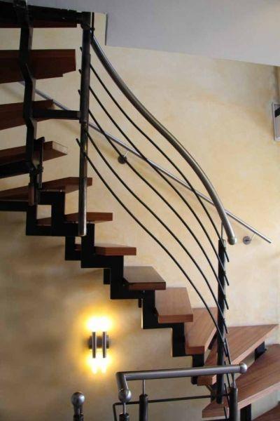 Treppen geländer aus schwarzem stahl mit einem edelstahlhandlauf ...