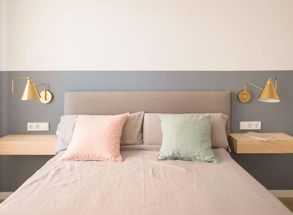 Dormitorio Con Cabecero Y Pintura Pintada En Azul Apliques Dorados Y Mesitas De Noche Voladas Remodelacion De Dormitorio Apliques De Dormitorio Dormitorios