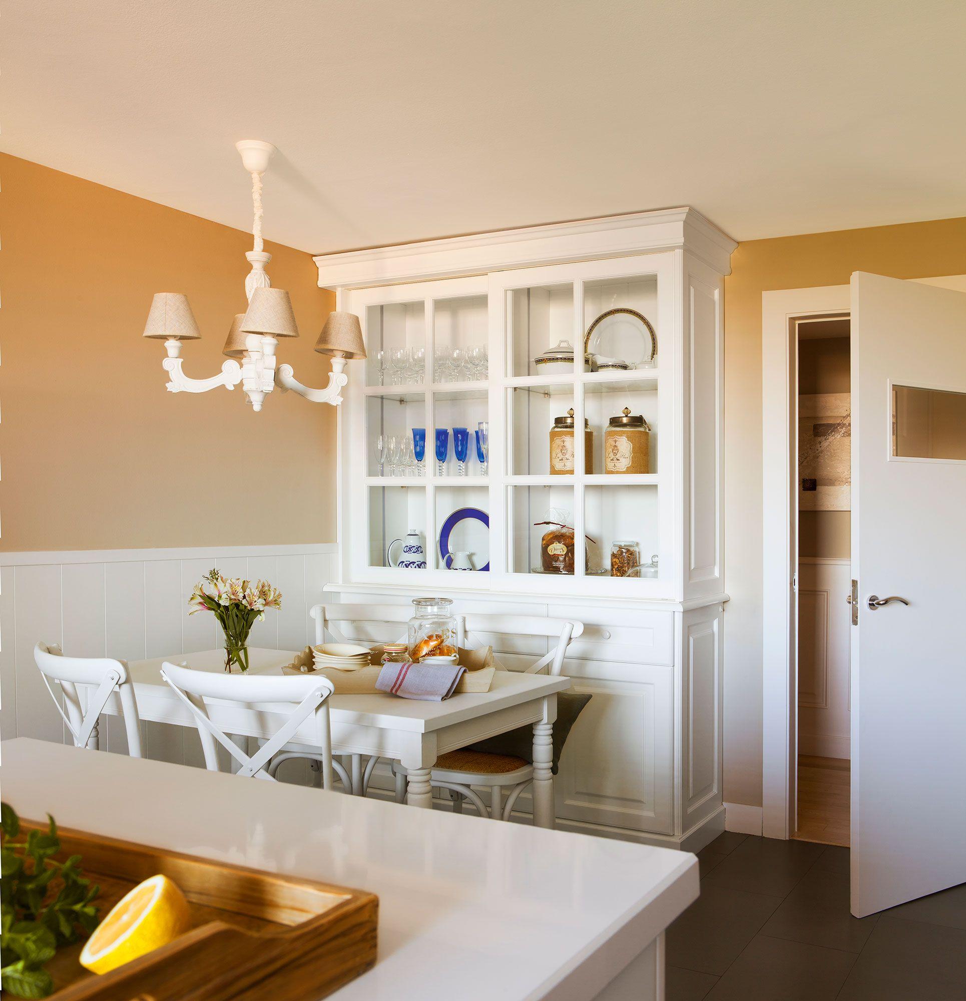 Rincón de office en la cocina con alacena clásica, arrimadero de ...