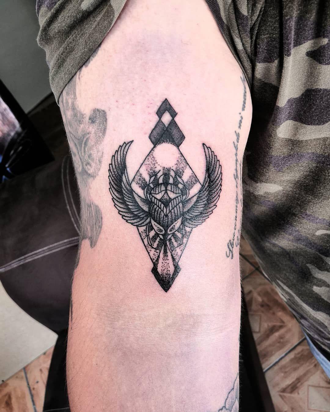 🎴 . . . #beetletattoo #littletattoos #linetattoo #littletattoos #minimalistictattoo #tattoo #tatuagemfeminina #tattoodo #blacktattoo #bigjoetattoo #aprenticetattoo