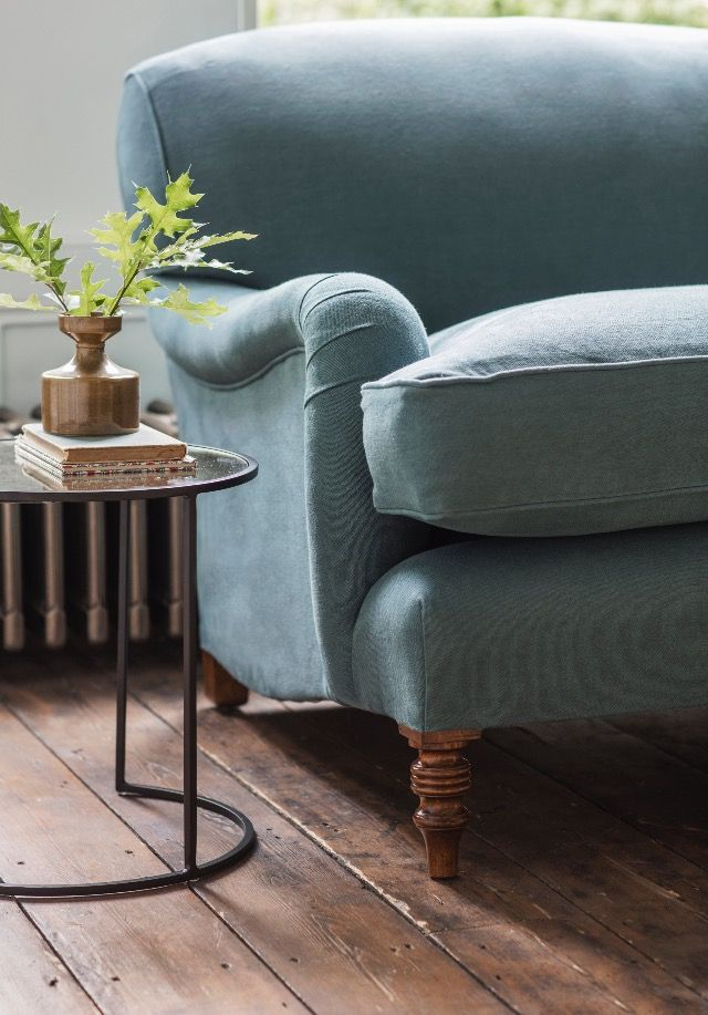 Do you dream of a country house interior? Create the look in your living room with the Howard sofa, it's a sumptuous sofa that exemplifies the universally admired English country house look.