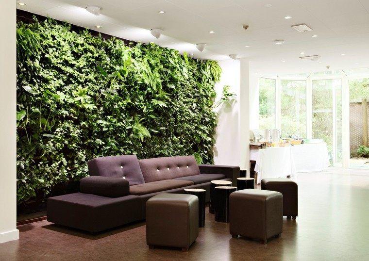 Wohnzimmer mit bepflanzter Wand mit Efeu und anderen - wohnzimmer modern dekorieren
