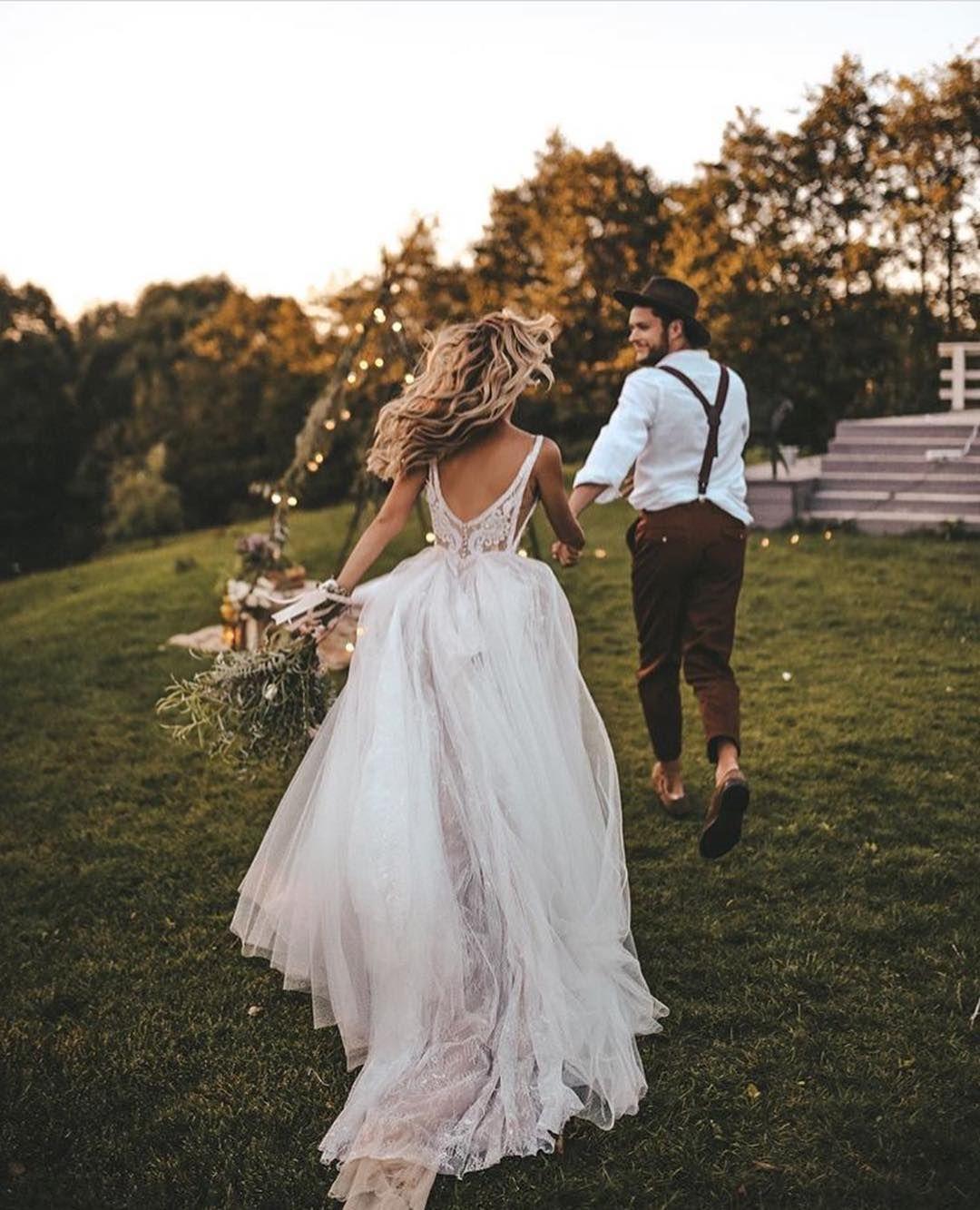 Romantic wedding dress idea - sweetheart neckline with floor-length veil {David ... 5