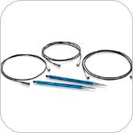 Signature Needle Arts Strikkepindene fra Signature er fremstillet af aluminium af samme kvalitet som man fremstiller flydele af. Hver enkelt strikkepind er præcisionsdrejet og håndpoleret, hvilket gør at selv det tyndeste og sarteste garn ubesværet kører på pindene. Wiren løber i pinden som et kugleleje så wiren aldrig snor