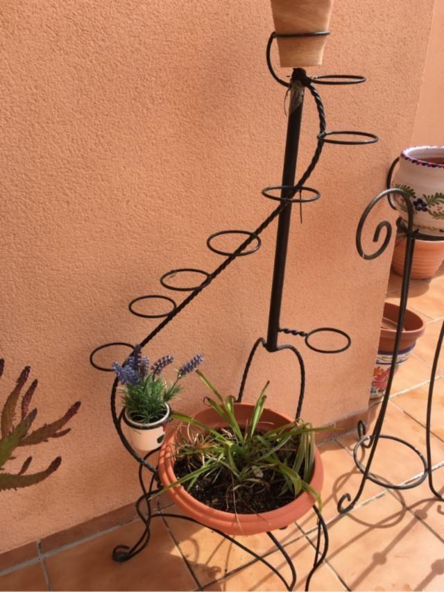 Porta macetas de hierro forjado maceteros pinterest for Bases para jardineras