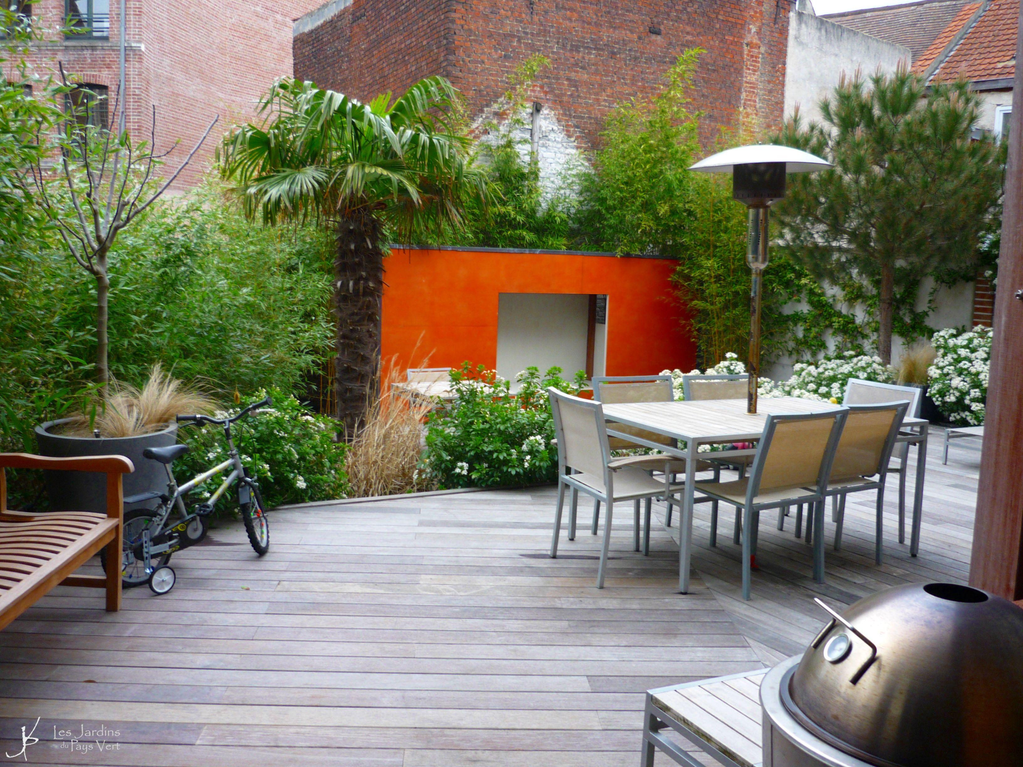 Terrasse noyée dans la verdure dans ce jardin du centre de Lille ...