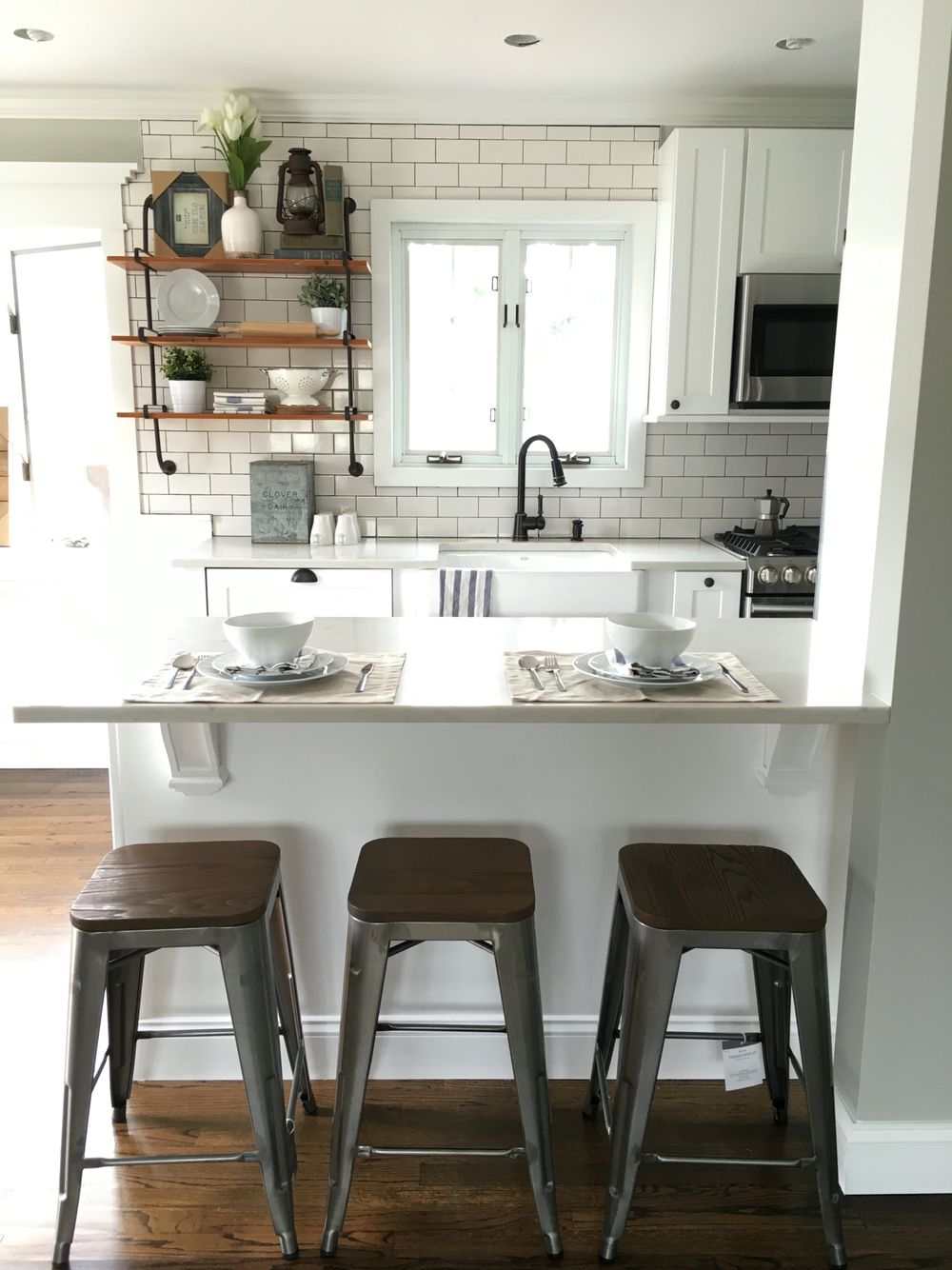 Modern farmhouse decor: subway tile, dark grout, Quartz, peninsula ...