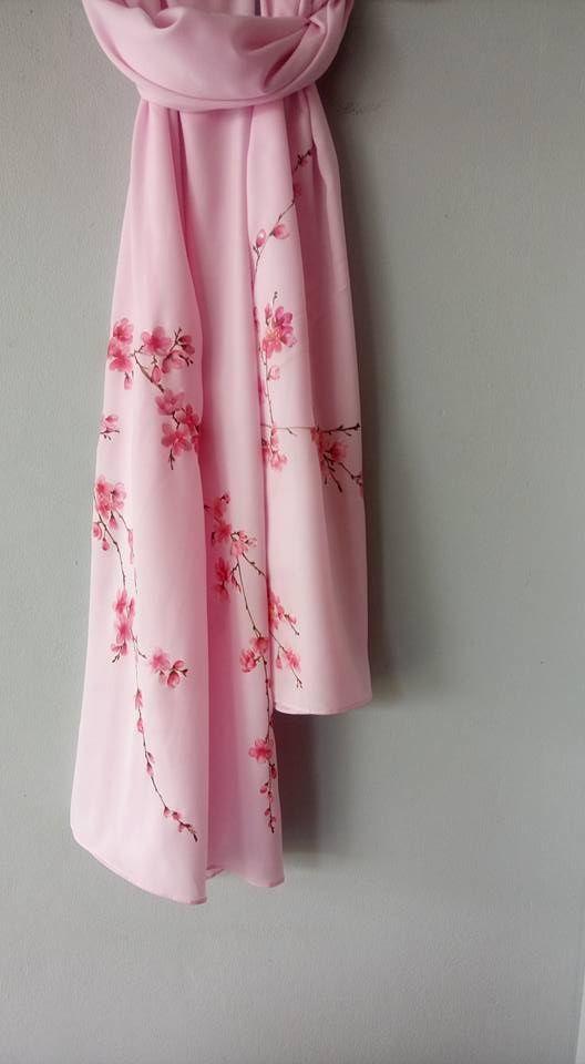 Khăn lụa họa tiết hoa đào, giá: 700.000 đ/ khăn; màu sắc tươi sáng, mềm, mịn
