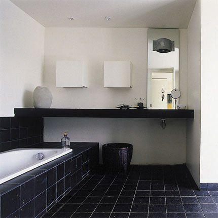 Black and white bathroom   Une salle de bain noire et blanche tout - idee plan maison en longueur