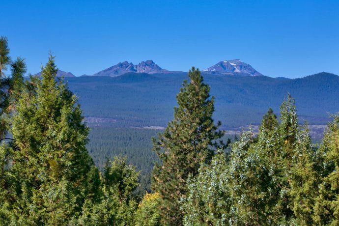 Fabulous high quality home w/full on Cascade Mtn views!