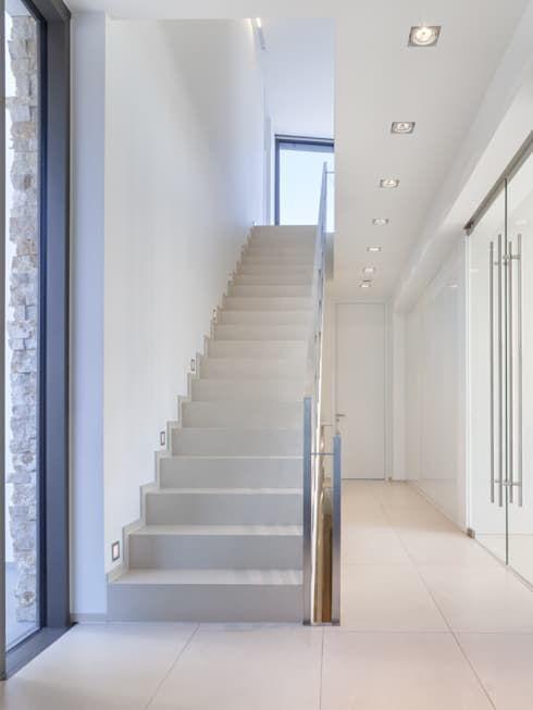 Treppe: minimalistischer Flur, Diele & Treppenhaus von Skandella Architektur Innenarchitektur