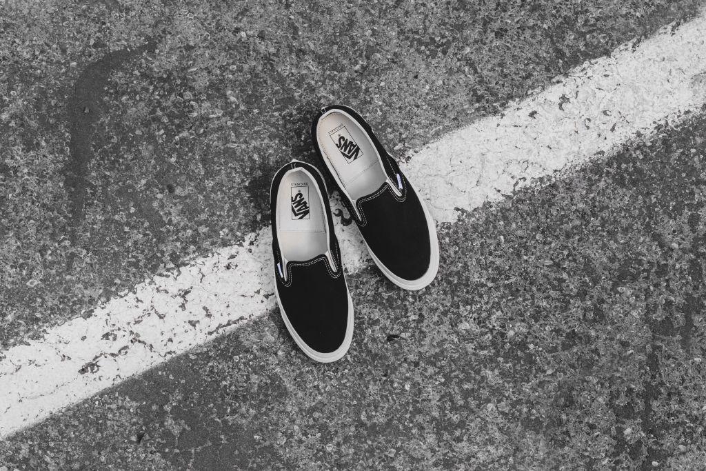 vans vault og slip on black white