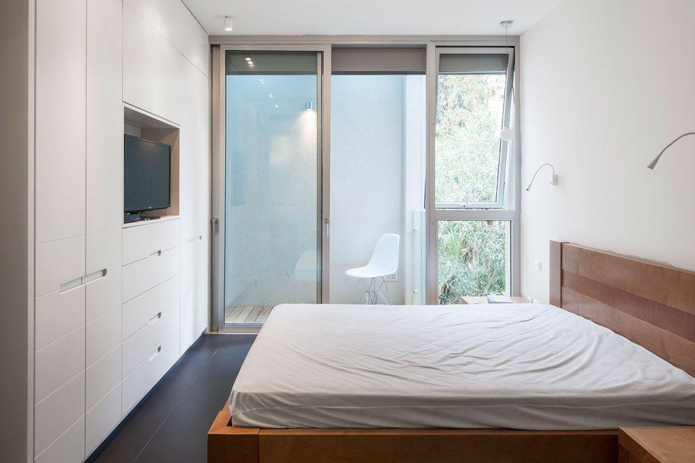 החלונות העגולים מאירים גם את חדר השינה של ההורים, במעין פטיו שמלווה - kleines schlafzimmer fensterfront