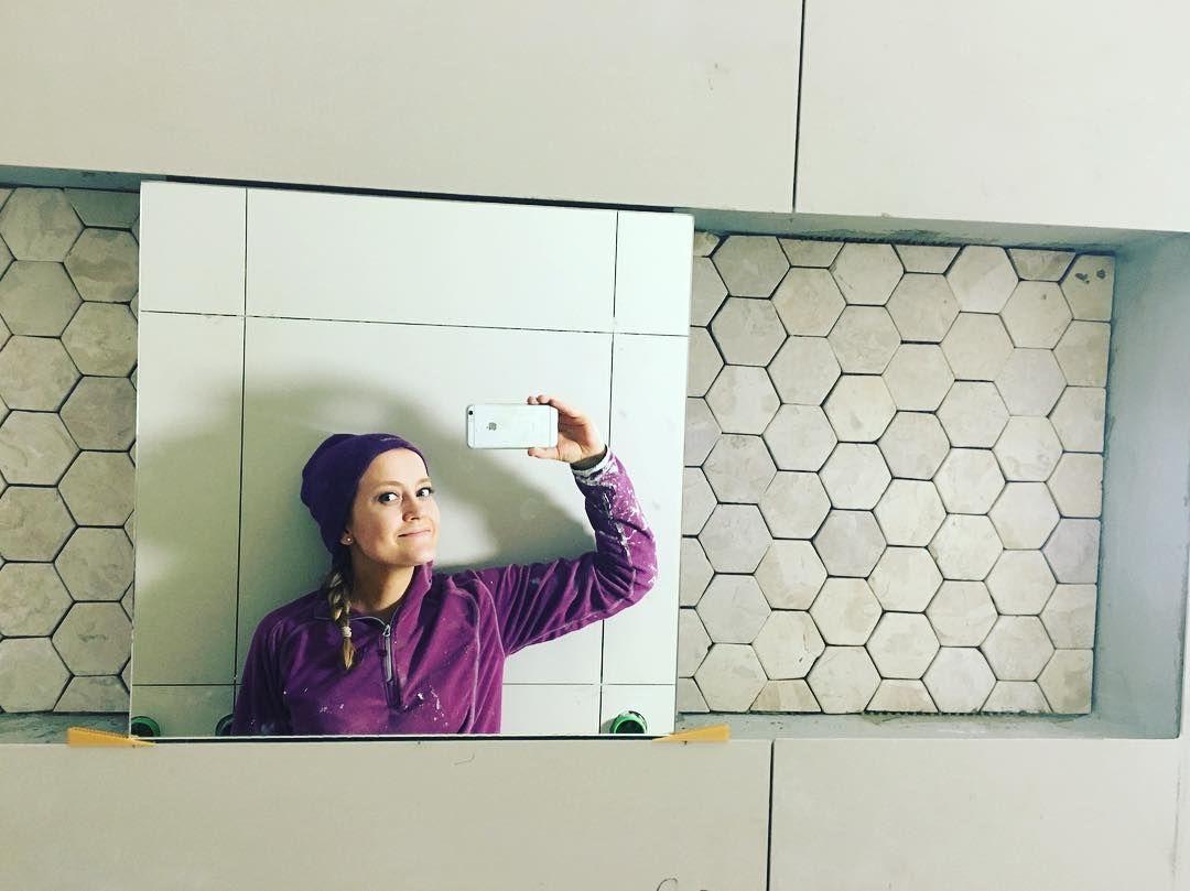 Nå begynner det å ligne et bad om ikke annet. En nisje til hver i dusjen og speil i midten. Tror dette blir fint jeg.  #Indostone #White #Hexagon #marble #marmor #bademiljø #baderom #baderomsinspo #baderomsinspirasjon #bathroom #konradssons #naturstein #naturalstone #tile #baderomsflis #flis #bathroomtile #honeycombtile #eivissa #ivory #rightpricetiles #beige #kirkebergveien13 by hildemartine