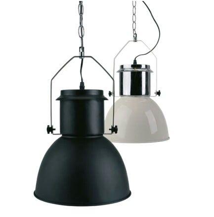lamp van action matzwart gespoten voor boven de tafel onder de overkapping