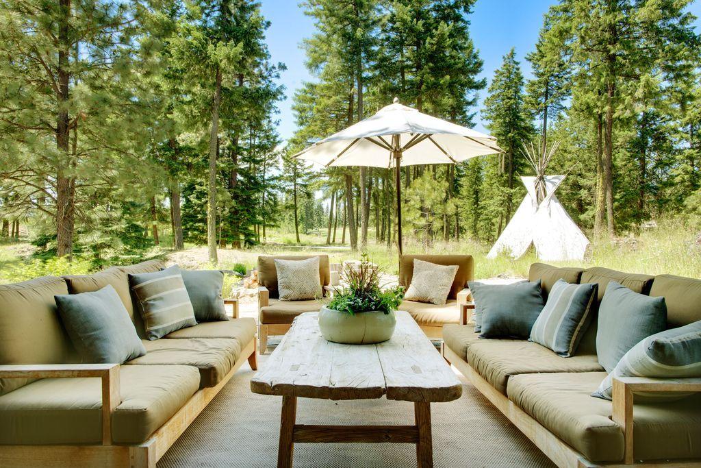 Idee Per Arredare Il Patio : Rustic patio with outdoor seating patio umbrella natural wood